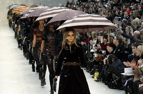 Predivna Kate Bosworth na Burberry reviji